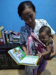 Bundanya Prisha sedang membacakan buku